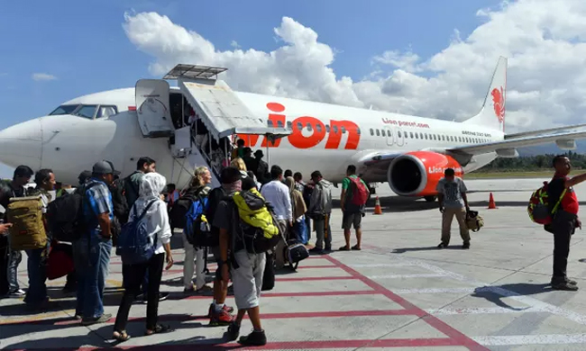 Lion Air passenger flight from Jakarta to Sumatra crashes into sea